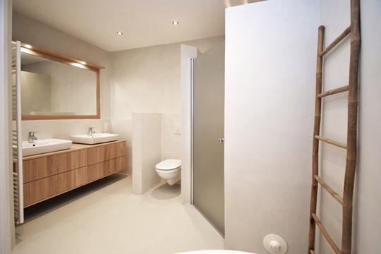 Badkamer betonlook over tegels